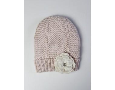 Розовая вязаная шерстяная шапочка.